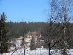Klostermannov chatě na Modravě věnujeme jeden z posledních pohledů prodlouženého víkendu a zanedlouho mizíme v mlze za Novými Hutěmi.