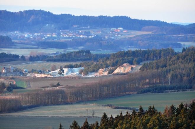 Kamenolom u Krtů, v pozadí vrch Hřeben (597 m n. m.) a Zadní Zborovice.