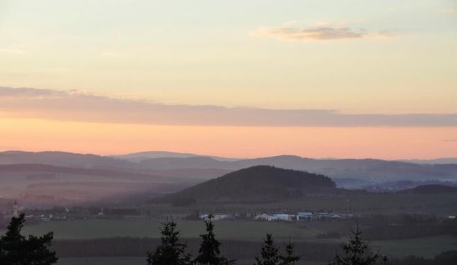 Kněží hora u Katovic je zajímavým kopcem. Ten skrývá i staré slovanské hradiště, které je jedním z nejdůmyslnějších a nejsložitějších dochovaných raně středověkých opevnění v Čechách a vymezuje plochu o rozloze 8 ha. Na jižní straně, kde svahy hory prudce klesají k Otavě a vytvářejí osmdesáti metrové převýšení, je hradiště opevněno nejslaběji. Nejjednodušší přístup je na severovýchodní straně a proto je zde hradiště chráněno několika liniemi opevnění. Hradiště je členěno na akropoli, která se nalézá na vrcholové plošině hory, a na dvě předhradí. Akropole je opevněna po celém svém obvodu a od západu, severu i východu se na její opevnění napojuje svažité vnitřní předhradí s až 4 m vysokými dvojitými valy s příkopy, jež dosahují délky 433 m a 424 m. K vnitřnímu předhradí se přimyká předhradí vnější, které je chráněno valem s vnějším příkopem v délce 640 m, místy dosahujícím výšky až 5 metrů ode dna příkopu. Původní hlavní vstup do hradiště, v podobě čelní brány se zataženými křídly hradby dovnitř hradiště, je dosud patrný v severní části vnějšího valu. Do samotné akropole byl vstup na západní straně. Opevnění Kněží hory nebylo dosud systematicky prozkoumáno. Podle terénních pozorování se usuzuje na dřevohlinité opevnění roštové konstrukce s čelní, nasucho kladenou kamennou zdí.(http://www.archeolog.cz/lokalita/slovanske-hradiste-knezi-hora/35)
