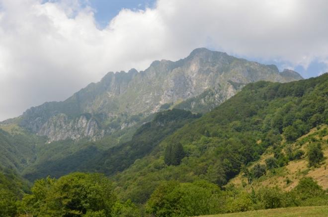 Nejvyšším vrcholem hřebene na obrázku je Krn (2244 m), tam bychom se možná vypravili, kdyby dnes nebyly tropy.