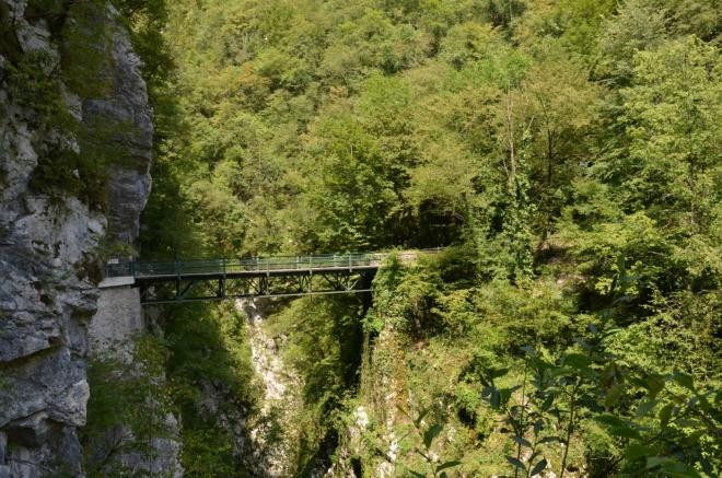 Ďáblův most (Hudičev most), za své jméno vděčí poloze nad šedesát metrů hlubokou úzkou průrvou.
