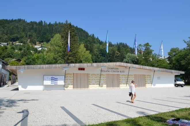 Na jezeře trénují slovinské olympijské naděje, zřejmě úspěšně, jak naznačuje nedaleká informační tabule s medailemi. Koupající se lidé, kteří v těchto místech podle cedulí nemají co dělat, si musí dávat pozor, aby je nepřejela kánoe či podobná věc.