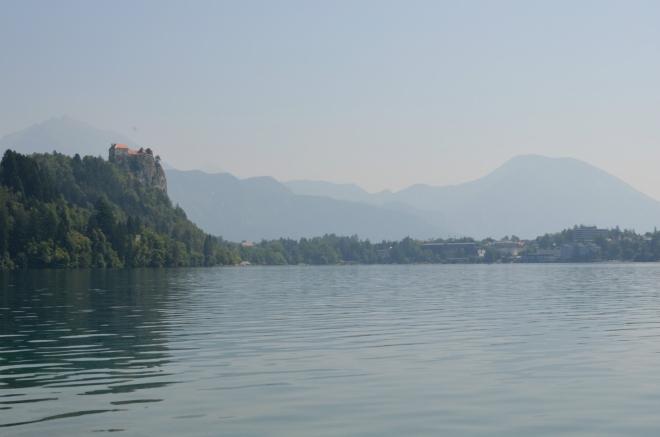 Pohled směrem k městu Bled, vlevo bledský hrad