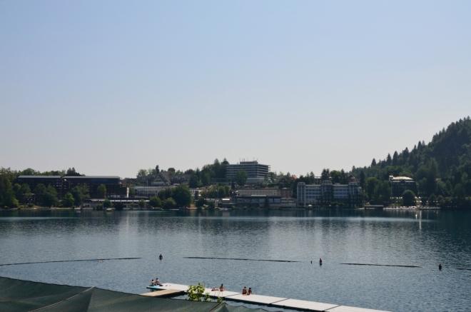 Pětitisícový Bled je z tohoto pohledu plný hotelů a jiného turistického zázemí.