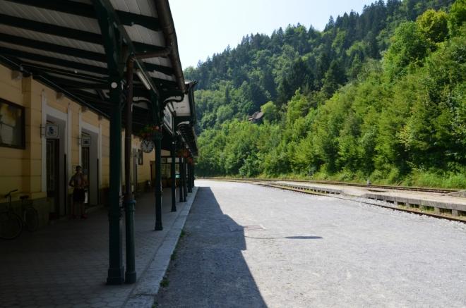 """Zde čekáme na vlak, který nás vezme do nedalekých Jesenic (jsou to skutečně """"ty"""" Jesenice, jak mi potvrdil Armando)."""