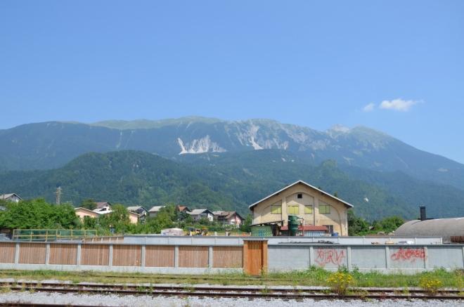Vlak nám samozřejmě už od Mostů na Soči poskytuje zajímavé výhledy. Toto jsou nejspíše Karavanky, hradba hor mezi Rakouskem a Slovinskem.
