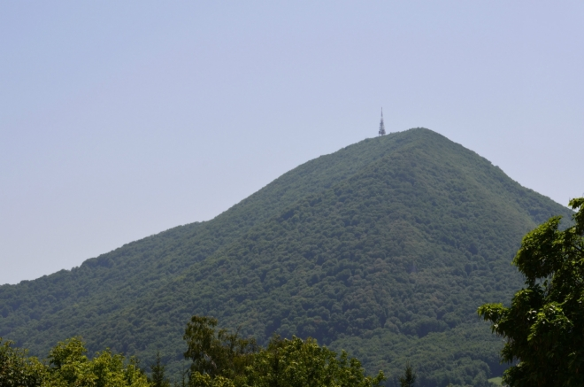 Kopec Boč nepatří s výškou 978 metrů mezi slovinské rekordmany, v okruhu možná patnácti kilometrů však není žádný vrchol vyšší ani výraznější, nelze jej přehlédnout z Rogašky ani odtud z Poljčane. Určitě se na něj někdy vypravíme, až zase budeme u Armanda.
