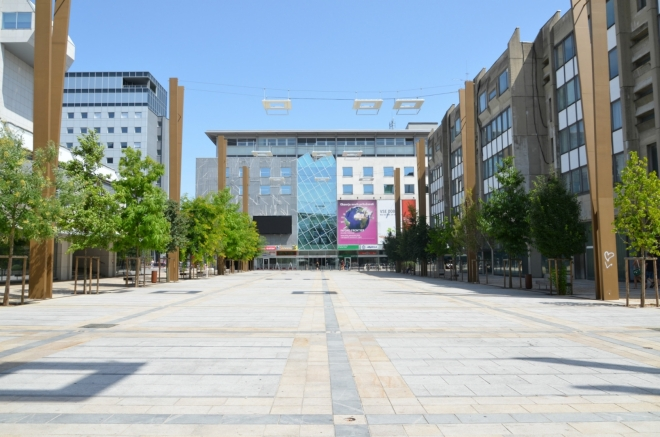 Náměstí Leona Štukelja (Trg Leona Štuklja) nese jméno slavného slovinského gymnasty, který mezi světovými válkami sbíral olympijské medaile. Tento moderně vyhlížející prostor byl otevřen v roce 2011 a s 9 tisíci m² jde o největší náměstí ve Slovinsku.