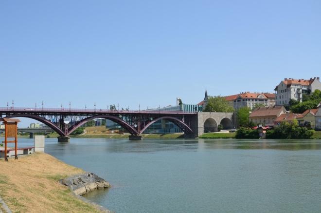 Ohlédnutí za Hlavním mostem, též zvaným Starý most (Glavni most/Stari most), který je hezkou jižní branou do starého města.