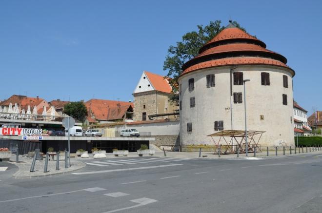 Soudní věž (Sodni stolp), část původních městských hradeb, od 14. století značně přestavěna a rozšířena