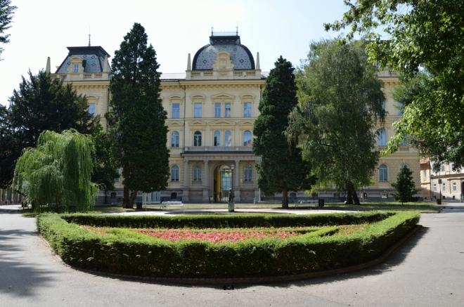 Slomškovo náměstí (Slomškov trg) s hlavní budovou Univerzity v Mariboru. Hned za námi je mariborská katedrála, tu jsem ale takto zblízka fotit nechtěl.