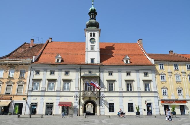 Vedle morového sloupu jej zdobí hlavně renesanční radnice z 16. století.