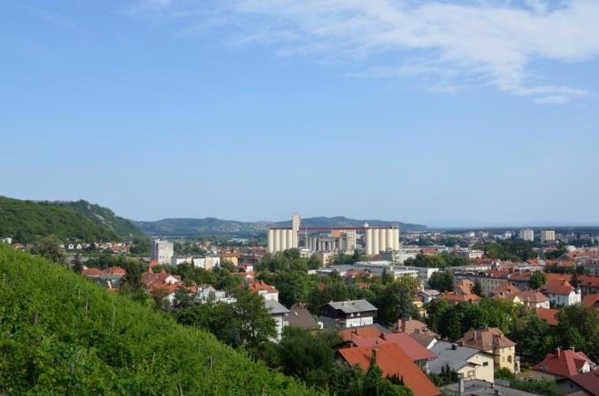 Severovýchodní část města, první výhled ještě z přístupové cesty