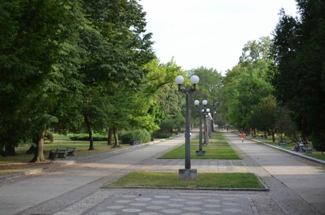 Teď už jsme zase víc ve městě, ale pořád ještě v parku (Ulica heroja Tomšiča).
