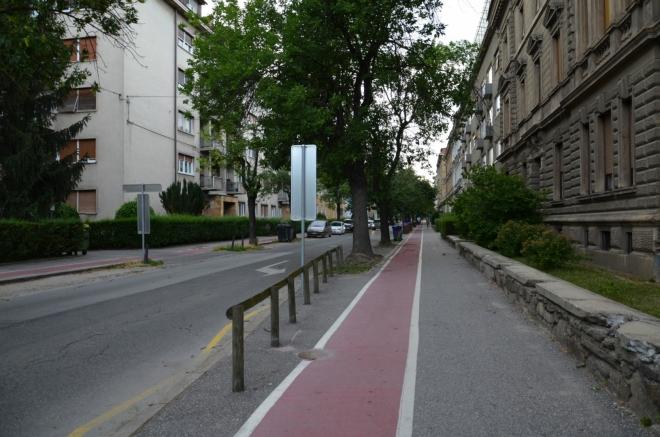 Takto vypadají ulice v severní části Mariboru, souvislé bloky domů a cyklostezky na chodnících.