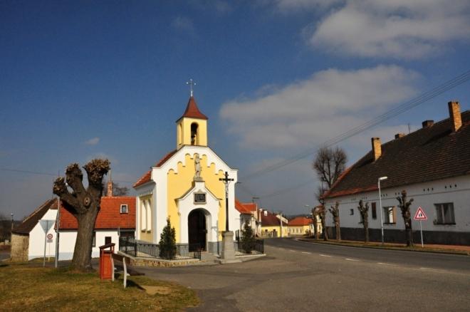 Kaple z roku 1877 stojí na návsi v části Stará Vráž je zasvěcená právě svatému Václavu.