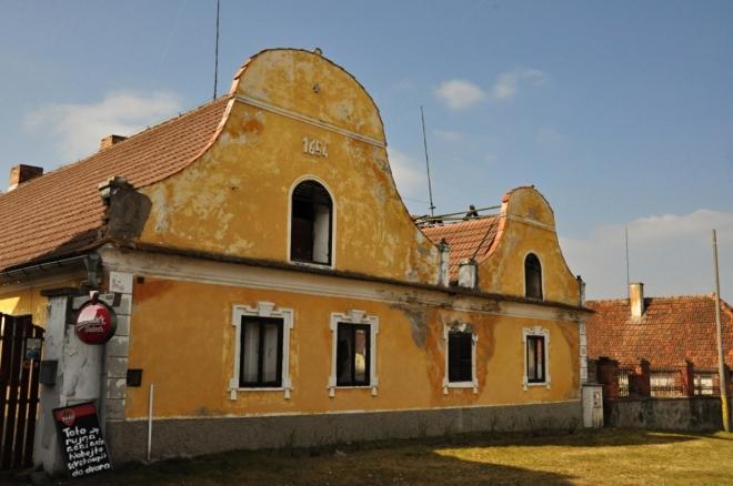 Nedaleko stojí i tento domek s l. p. 1654, který je zřejmě nejstarším domem v obci.