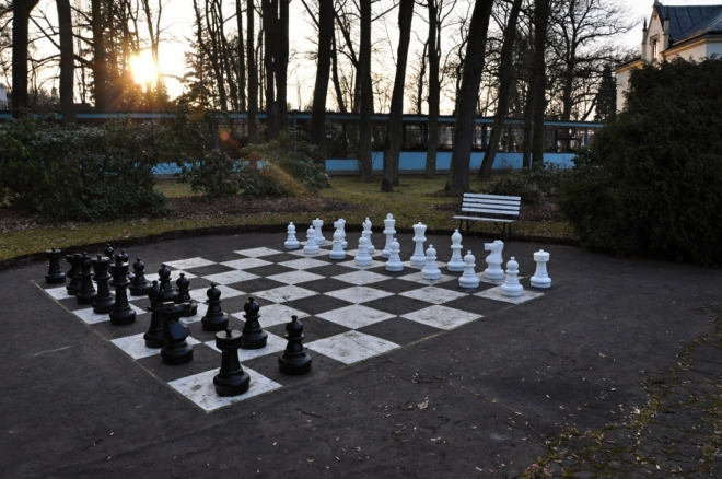 V přístupné zahradě je připravena tahle krásná šachovnice k prvnímu tahu 1. e4.