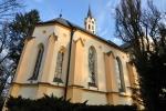 Kostel s věžičkou přiléhá těsně k zámku. Zevnitř je slyšet klavírní koncert. Jde o zkoušku na večerní představení.