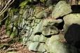 Kamenná zídka nad řekou nás dovede až k Varvažovu.