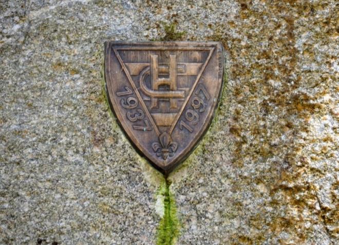 Skautský znak na jedné ze skal.