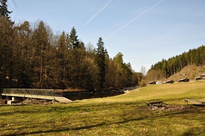 Další kemp u řeky leží na rozlehlé louce obklopen svahy plnými skal. Hezké místo pro meditaci.
