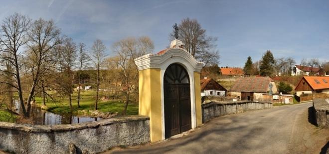 Historický dvouobloukový most přes Skalici s kapličkou.
