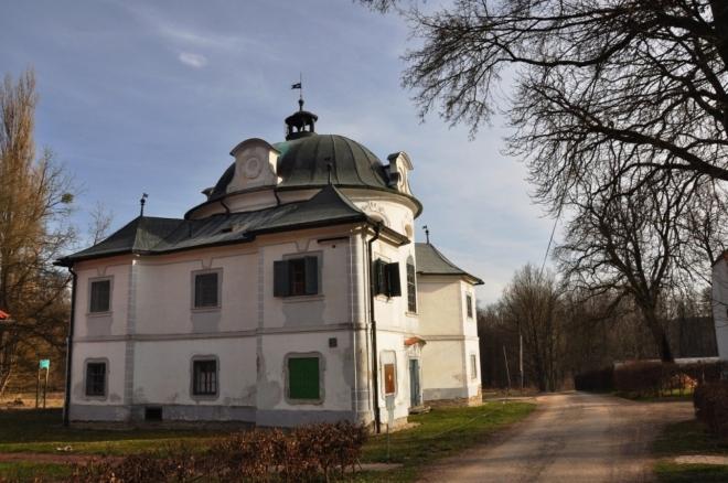 Barokní zámeček v Karlově.
