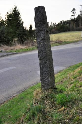 Konečná u zbytků prastarého plotu z tesaných kamenů.