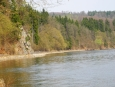 Jedna skála sestupuje až k hladině Vltavy a kvůli ní se musela zvednout vodou Hněvkovické přehrady zatopená původní vorařská cesta, která tudy vedla.