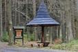 U kamene se kříží červená a zelená (NS) s žlutou, která vede z Putimi na Selibov, k Tálinskému rybníku a k rybníku Němec v Píseckých horách (10 km).