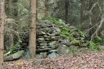 Mnohem víc kamenů však spatříte v okolí vrchu. Mohyly z navršených kamenů jsou na ploše mnoha desítek hektarů jižně od vrcholku.