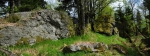 Vrcholové foto dokumentuje ostrý skalnatý hřebínek Kapradi.
