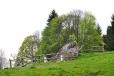 Jsme na území bývalé Kamenná Hlava. Jeden z balvanů je ohražený a zřejmě zde byl součástí obce.