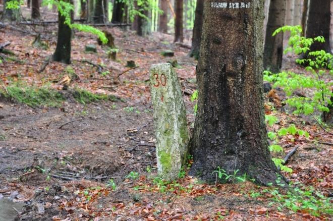 Kamenný patník na hřebenu hřbetu.