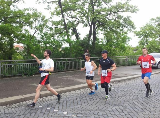 Mezitím, co jsme zkoumali dinosauří kosti, doběhl si Paulí v Pražském maratónu  pro krásný čas 3:04:43 h a 259 místo. Viz: http://www.tds-live.com/ns/index.jsp?pageType=1&id=6192&isStandAlone=true&frameborder=&locale=1029#