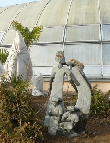 Před skleníkem vystavili několik afrických soch