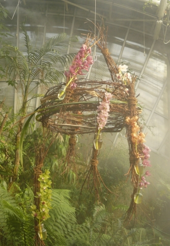 Ze stropu zavěšená konstrukce s orchidejemi