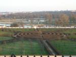 Zahrada u Trojského zámku skrývá i labyrint, celkem pěkný i uvnitř (není však součástí botanické zahrady)