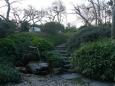 Japonskou zahradou vedou drobné stezky z kamenů, prostě ráj romantikův.