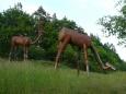 Nahoře na svahu je několik plechosaurů