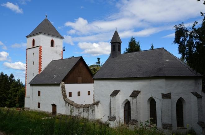 Pokračujeme dál po hřebeni směrem k místní rozhledně, moc prudce už nestoupáme. Zde míjíme kostel svatého Wolfganga (Cerkev sv. Bolfenka).