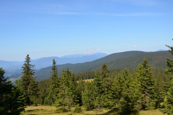 Výhled na západ až ke Kamnicko-Savinjským Alpám vzdáleným asi 60 km. Před psaním tohoto článku jsem byl skálopevně přesvědčen, že jde o Julské Alpy, o podobných omylech se ještě rozepíšu dále.