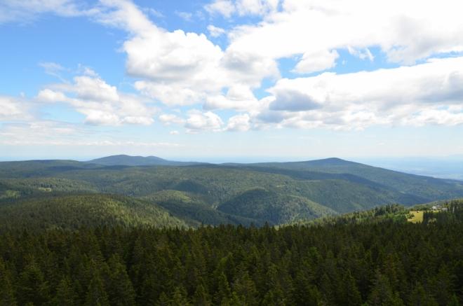 Pohled na východní polovinu Pohorje, která je oproti té západní trochu nižší. Jsme teď skoro uprostřed pohoří, asi 20 km od míst, kam jsme vystoupali včera (tam teď ani nedohlédneme). Protože Pohorje nemá moc výrazných vrcholů, dokážu identifikovat jen špičku napravo, to by měl být Veliki vrh (1344 m).