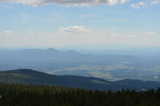 Špičatý Boč (978 m) na jihovýchodě se naštěstí jen tak s něčím splést nedá.