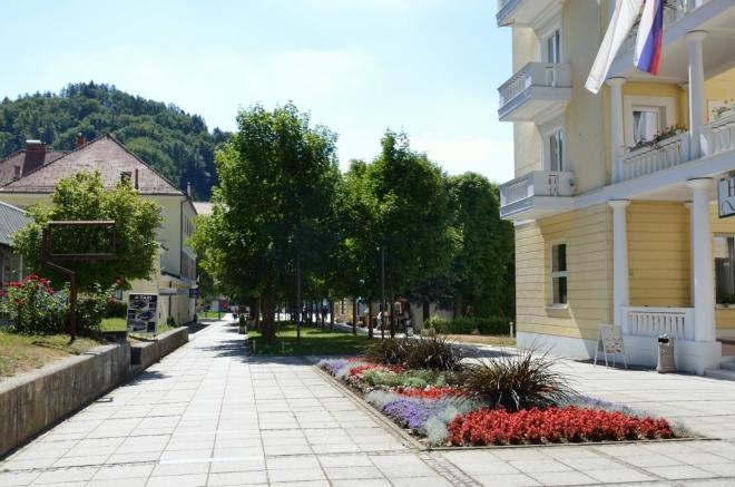 Celá oblast je samozřejmě pečlivě esteticky udržovaná, sálá z ní klid a pohoda. Po pravé straně čtyřhvězdičkový Hotel Slovenija.