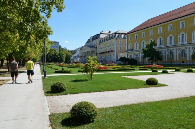 Zde přicházíme na pěkně vyzdobené Lázeňské náměstí (Zdraviliški trg), jež je osou druhé poloviny lázeňské čtvrti.