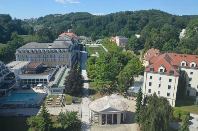 Z budovy je dobrý výhled na náměstí, byť jen přes okno.