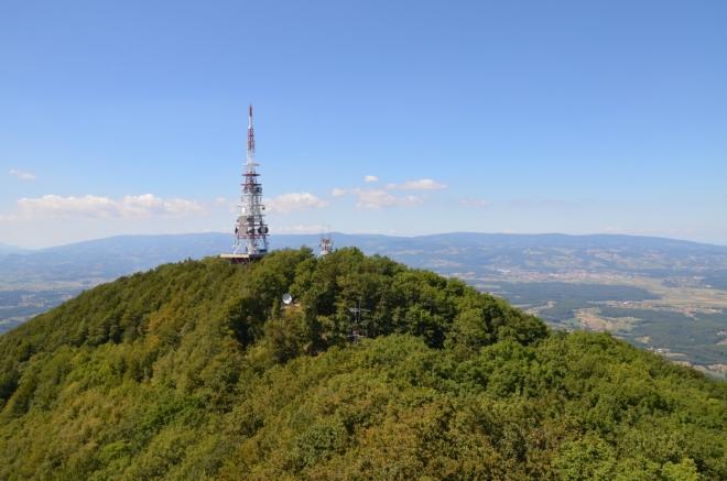 """Pohled na """"vojenský"""" severozápadní vrchol. V pozadí nám již dobře známé Pohorje vzdálené okolo 30 km."""