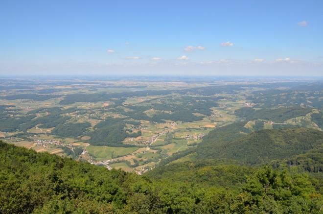 Výhled na roviny severovýchodní části Slovinska, které jsou asi 700 metrů pod námi.
